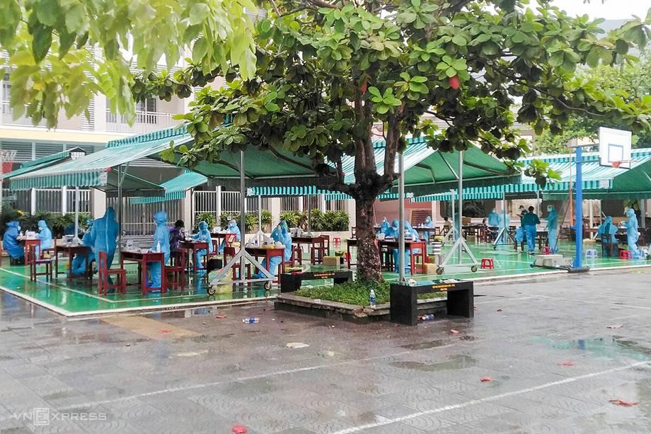 Hàng nghìn người dân khu phong tỏa xét nghiệm sàng lọc nCoV